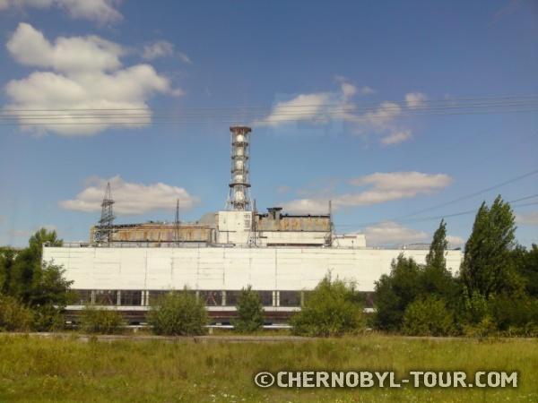 Вид на Чернобыльскую атомную станцию со стороны машинного зала